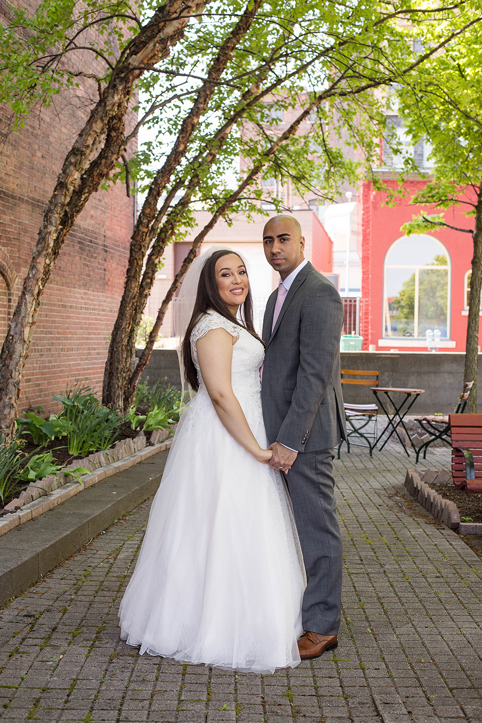 outdoor wedding pictures in downtown cincinnati